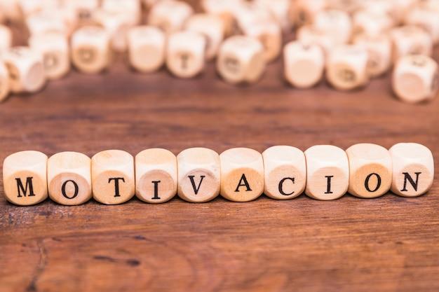 Palavra de motivação escrita cubo de madeira