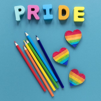 Palavra de orgulho com giz de cera e forma do coração