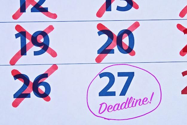 Palavra de prazo escrito no calendário.