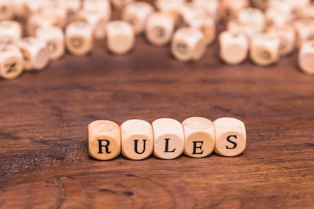Palavra de regra escrita em cubos de madeira