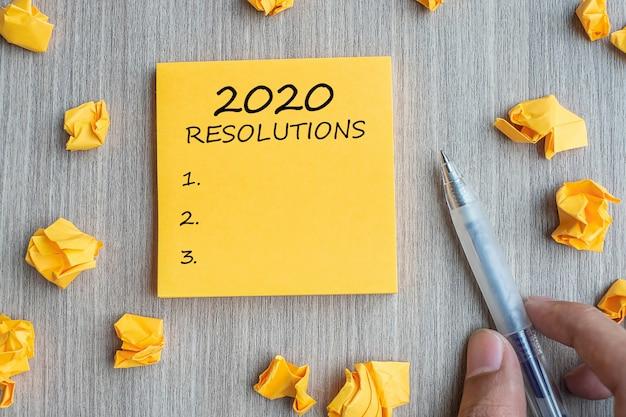 Palavra de resoluções 2020 na nota amarela