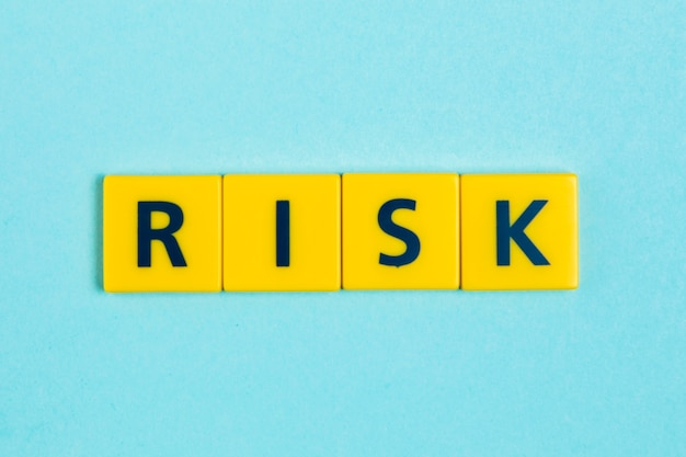 Palavra de risco em telhas scrabble