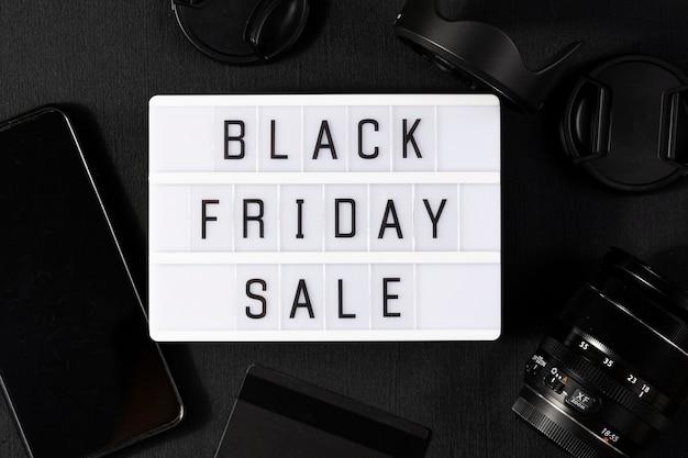 Palavra de sexta-feira negra escrita em lightbox em tecido preto