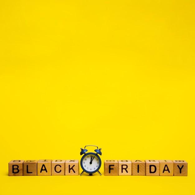 Palavra de sexta-feira preta sobre fundo amarelo, com espaço de cópia