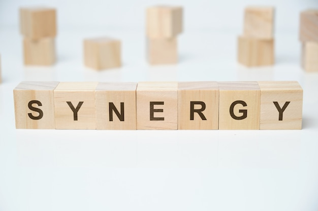 Palavra de sinergia em blocos de madeira
