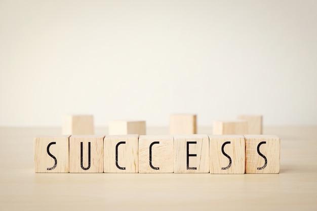 Palavra de sucesso em fundo de cubos de madeira