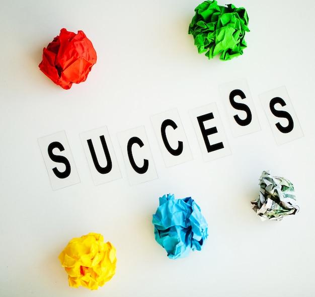 Palavra de sucesso escrita na mesa branca.