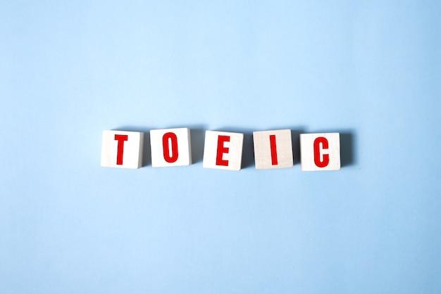 Palavra de toeic em cubos de madeira. conceitos de toeic.