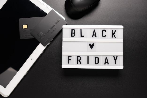 Palavra de venda da black friday na mesa de luz