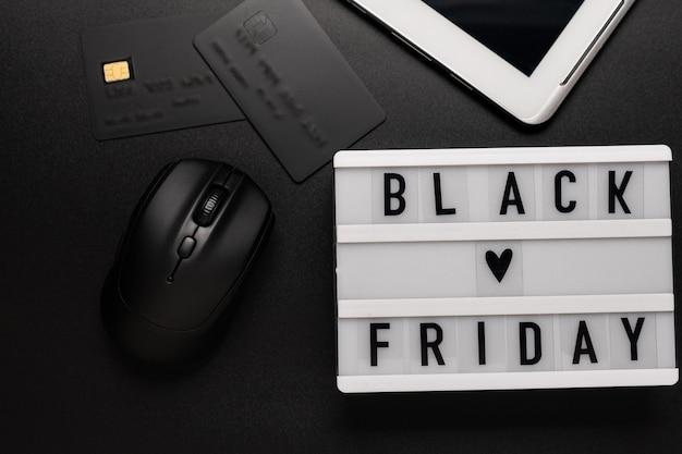 Palavra de venda de sexta-feira negra na mesa de luz na mesa branca.