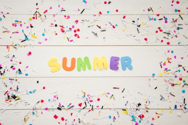 Palavra de verão entre confetes