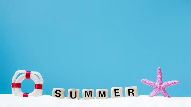Palavra de verão na areia branca. conceito de verão