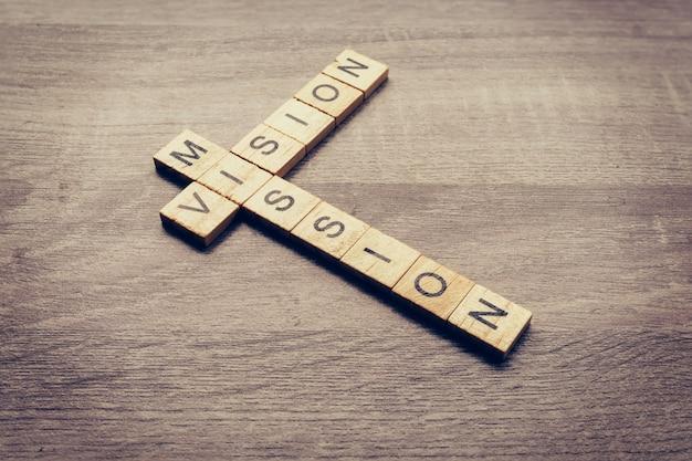 Palavra de visão e missão na mesa de madeira para o conceito de negócios.