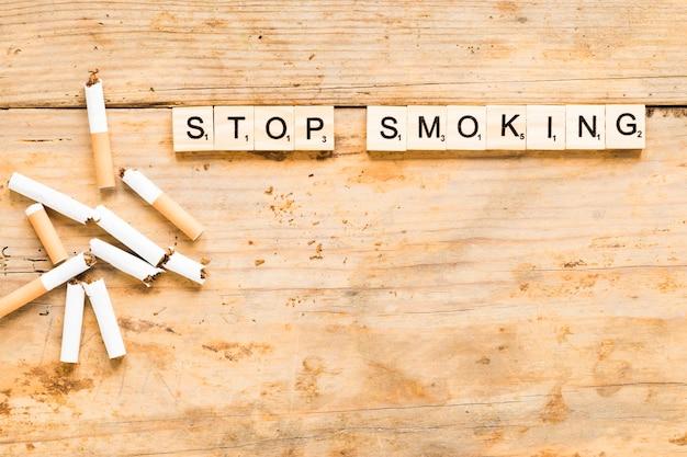Palavra de vista superior com cigarros