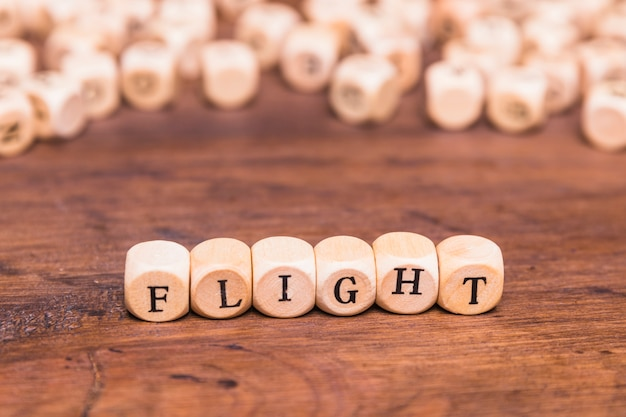 Palavra de voo escrita em cubos de madeira