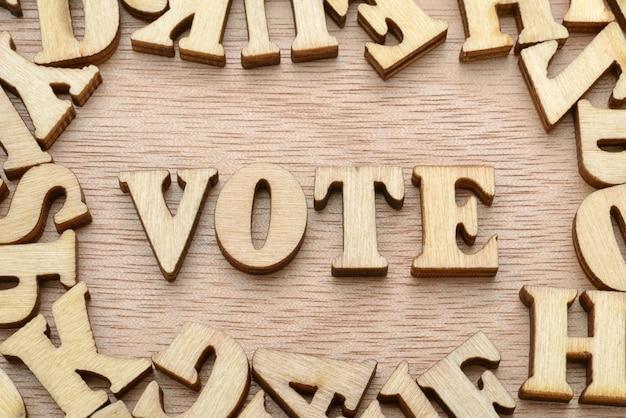 Palavra de voto feita com letras de madeira. conceito de eleição ou escolha