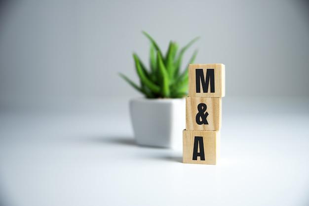 Palavra do conceito 'ma' em cubos em uma linda mesa de madeira.