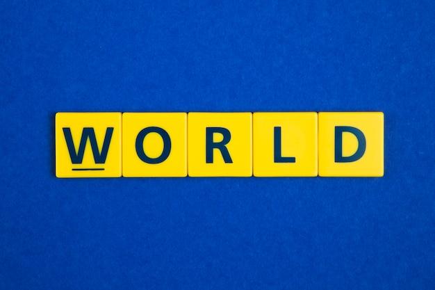 Palavra do mundo em telhas amarelas