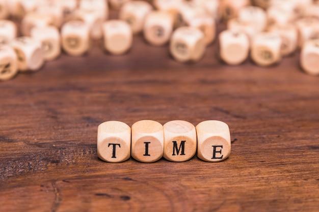 Palavra do tempo feita a partir de cubos de madeira