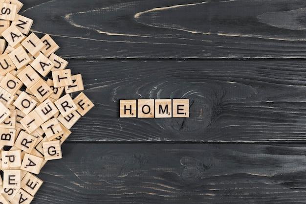 Palavra em casa no fundo de madeira