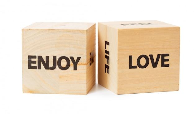 Palavra escrita no cubo de madeira