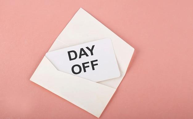 Palavra escrita texto com dia de folga no cartão no fundo rosa