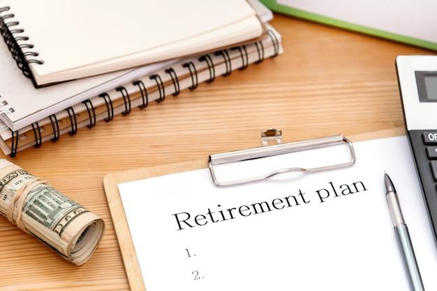 Palavra escrita texto plano de aposentadoria. conceito de negócio para investimentos de poupança que fornecem rendimentos para trabalhadores aposentados.
