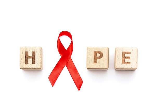 Palavra esperança e fita vermelha isolada no branco