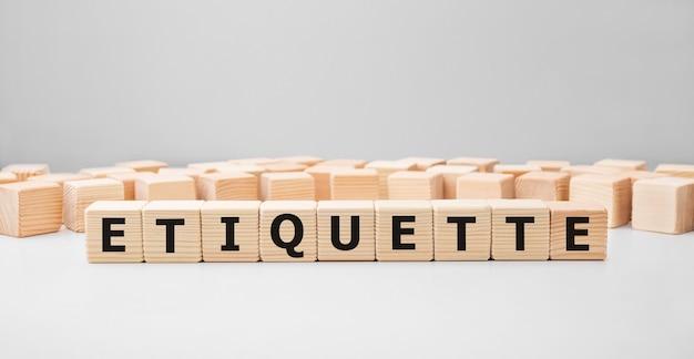 Palavra etiquette feita com blocos de madeira