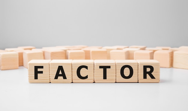 Palavra factor feita com blocos de madeira