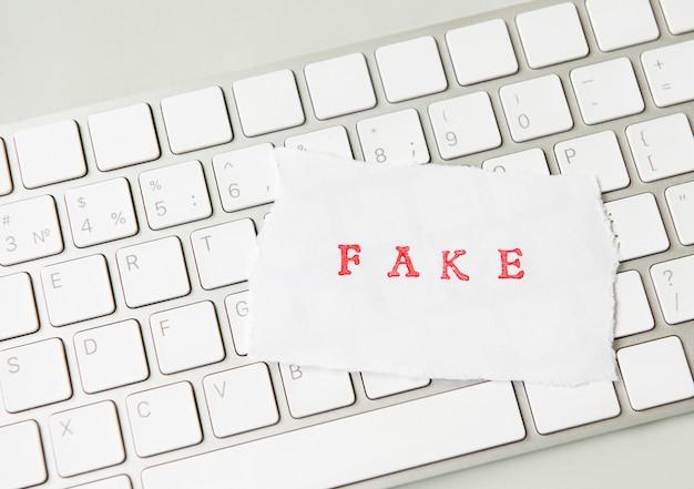 Palavra falsificada escrita em papel rasgado