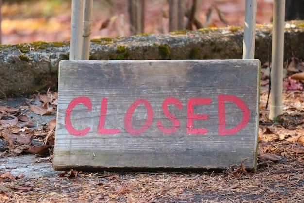 Palavra fechada da letra na placa de madeira idosa no assoalho.