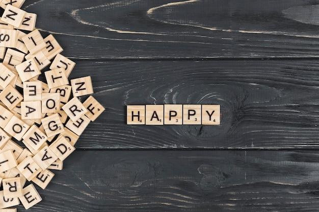 Palavra feliz no fundo de madeira