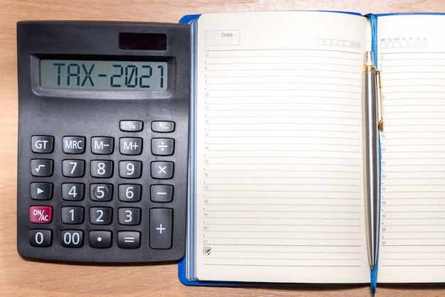 Palavra fiscal e número 2021 na calculadora. conceito de negócios e impostos.