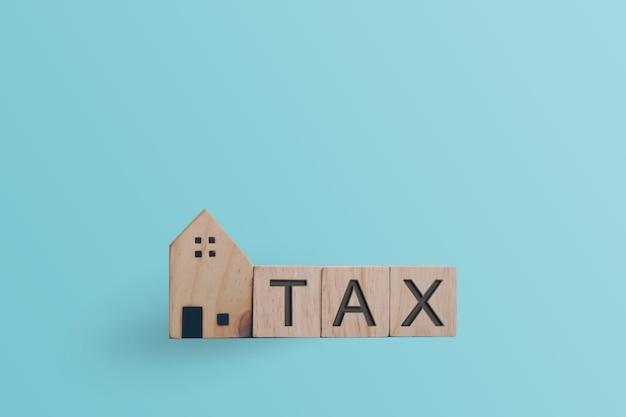 Palavra fiscal no cubo de madeira. conceito de propriedade de empréstimo financeiro empresarial.