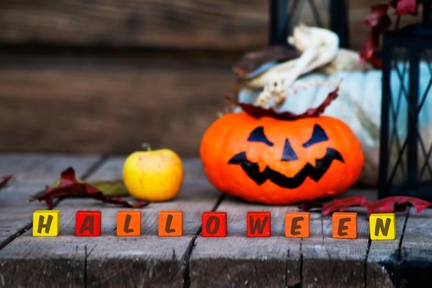 Palavra halloween em um fundo com abóbora