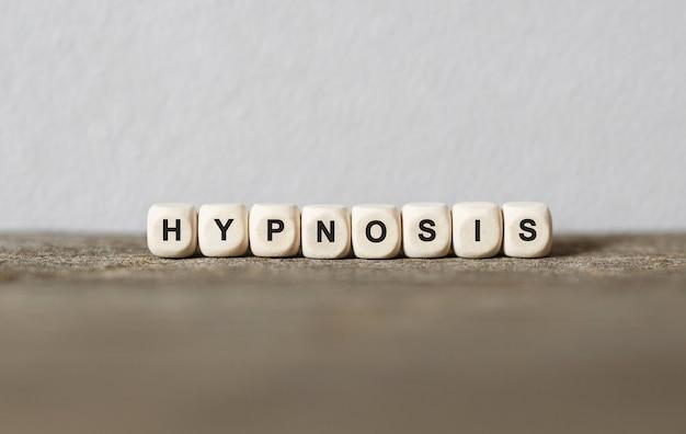 Palavra hipnose feita com blocos de madeira