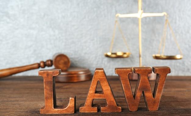 Palavra lei feita de letras de madeira na mesa, closeup