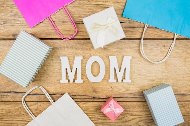 Palavra mãe entre caixas de presentes e pacotes de papel