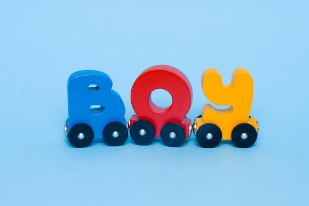 Palavra menino feito de letras alfabeto de trem.