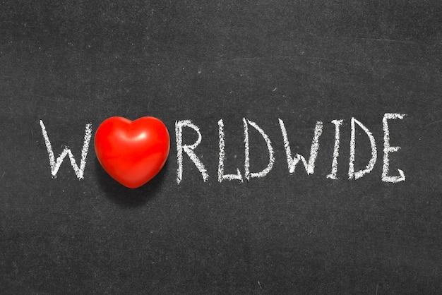 Palavra mundial escrita à mão no quadro-negro com o símbolo do coração em vez de o