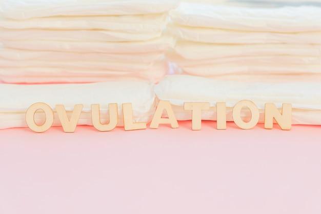 Palavra na frente de pilha de toalhas sanitárias