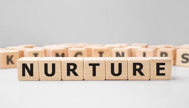 Palavra nurture feita com blocos de madeira