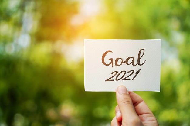 Palavra objetivo 2021 em papel branco sobre fundo de natureza. conceito de começar para coisa de plano de ano novo para o futuro.