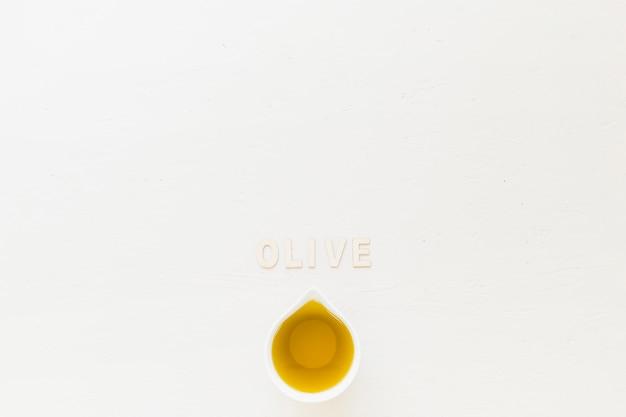 Palavra oliva com azeitona em sauceboat