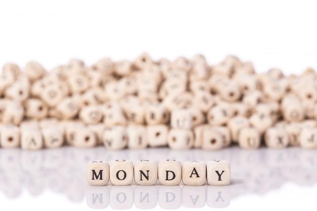 Palavra segunda-feira com blocos de madeira