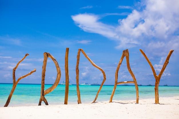 Palavra sexta-feira feita de madeira no mar de turquesa de fundo ilha de boracay
