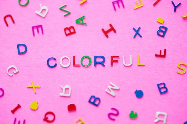 Palavra soletrada colorida com fundo dos alfabetos