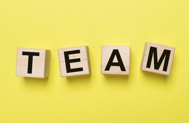 Palavra tean sobre fundo amarelo, conceito de trabalho em equipe.
