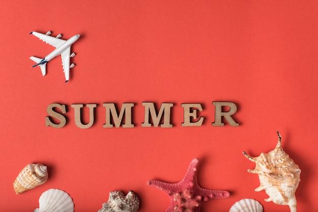 Palavra verão de letras de madeira.